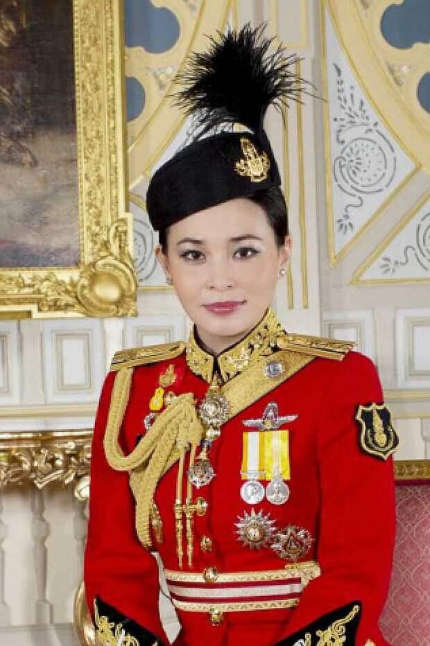 Четвертая жена Сутхида Тиджай, начальница его охраны, бывшая стюардесса. Фото: The Bureau of the Royal Household