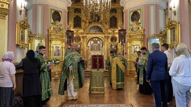 В Сургут доставили икону с целебными мощами православных святых