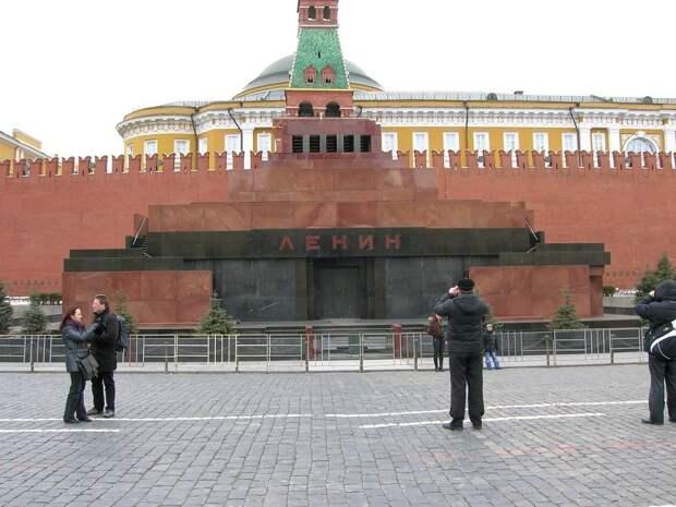 На Красной площади задержали пикетчика с плакатом «Wake up we have a tsar again»