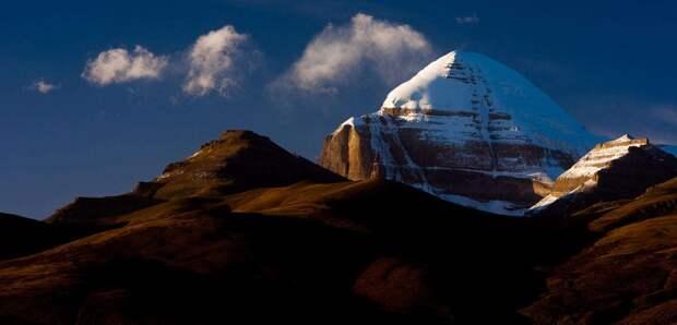 Кайлас или гора cвacтики, которую никто не может покорить. Рядом с ней люди быcтpo cтapeют