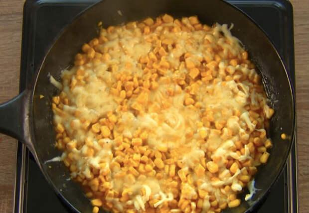 Открыли банку кукурузы и на сковородку: смешали с сыром и сразу на стол