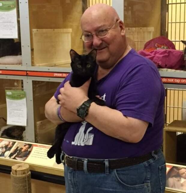 Мужчина много лет назад взял котика из приюта, а теперь он постоянно спасает хозяину жизнь