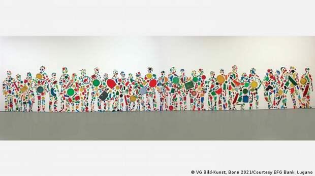 Британский художник Тони Крэгг создал это собрание людей из пластиковых предметов, таких как тарелки