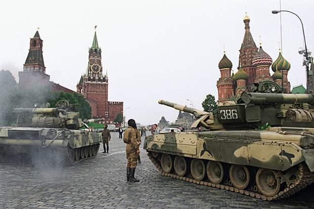Танки Т-80 Кантемировской дивизии на Красной площади 19 августа 1991 г.