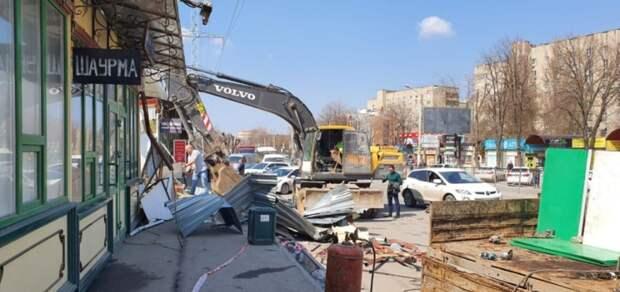 ВРостове наулице Вятской демонтируют 18 незаконных ларьков