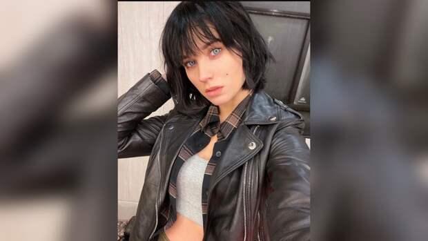 Полураздетая Кристина Асмус возмутила подписчиков снимком в рваных джинсах