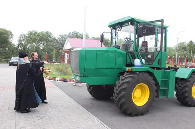 Митрополит Курганский и Белозерский Иосиф провел обряд освящения нового трактора Т-240(2019) Фото: kurganvera.ru