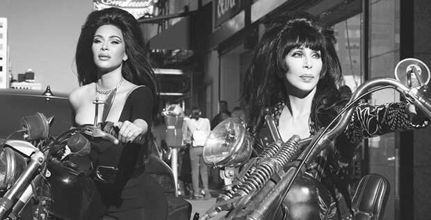 Ким Кардашьян, Шер и Наоми Кэмпбелл примерили образы байкерш в ретрофотосессии