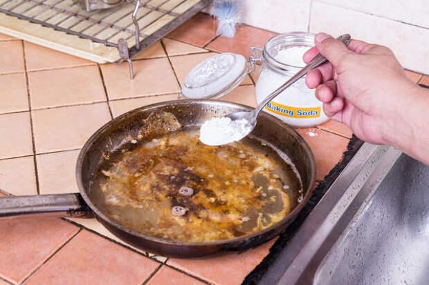 Сода поможет отмыть грязную посуду