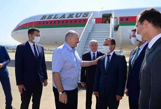 Кондратьев встретил Лукашенко в аэропорту Сочи