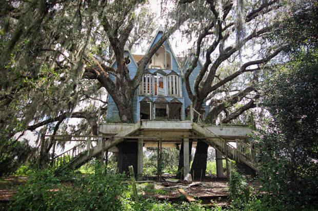 Заброшенный домик в викторианском стиле возле Южной Флориды, в США.