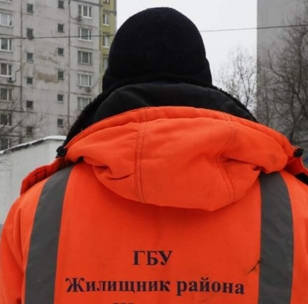Коммунальщики продолжают борьбу со снегопадом на Ленинградке