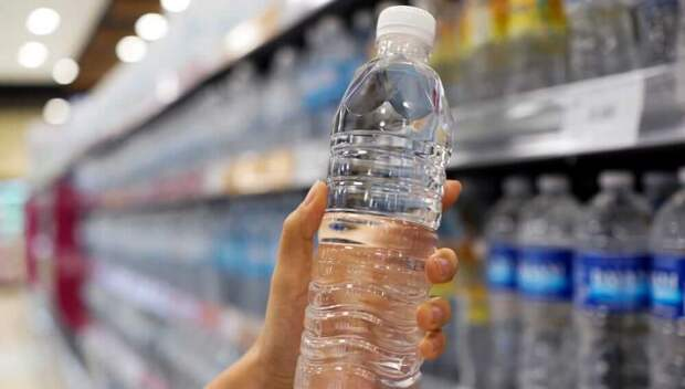 Специалист объяснила опасность воды в бутылках