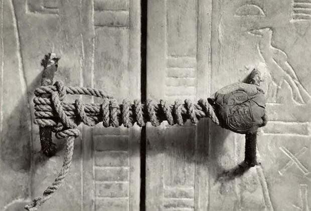 30.  Печать на гробнице Тутанхамона, которая оставалась нетронутой 3245 лет (1922 г.)