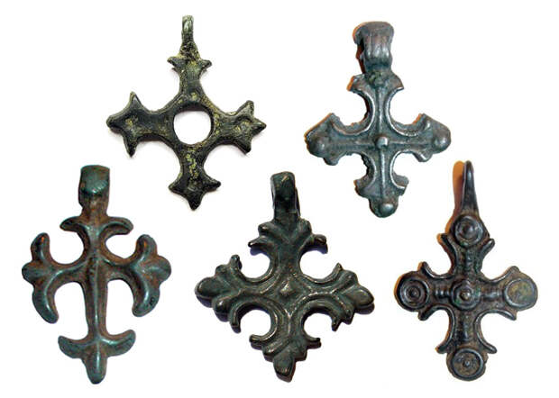 Рис.5 Древнерусские нательные кресты с криновидным окончанием лопастей, XI-XIII вв.