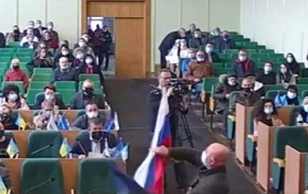 Российский флаг, внесенный на заседание горсовета Славянска, встретили аплодисментами
