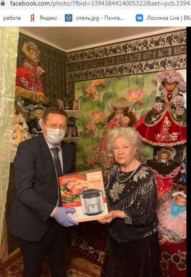 Главный врач из Лианозова поздравил пенсионерку-рукодельницу