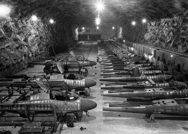Линия сборки истребителей Хейнкель He-162 на подземном заводе Юнкерс в Тартуне.
