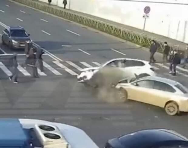 В Петербурге две иномарки сбили пешеходов на переходе после аварии