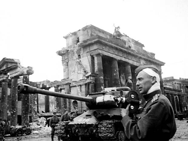 68-Фронтовой кинооператор Роман Кармен. Май 1945 г-1.jpg