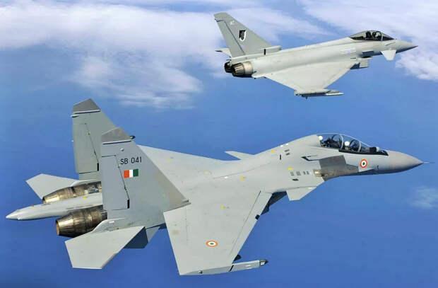 """На Западе говорят о преимуществе Еврофайтера над Су-35, хотя все прежние учебные бои с """"сушками"""" проиграны Тайфуном """"всухую""""."""
