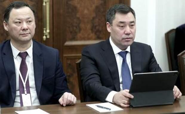 На фото: президент Киргизии Садыр Жапаров (справа)