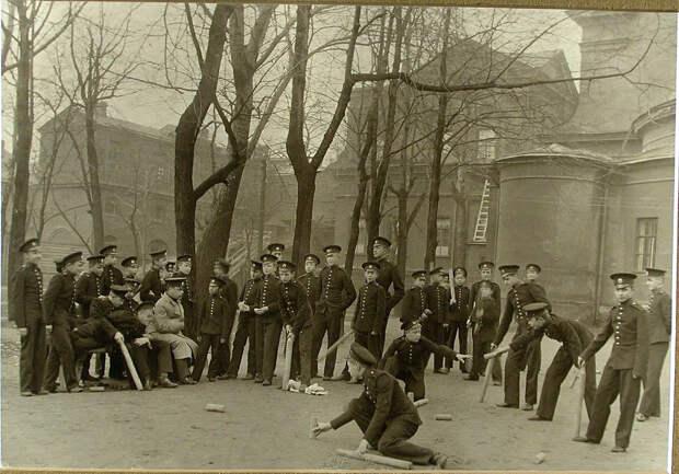 52. Воспитанники играют в городки во дворе