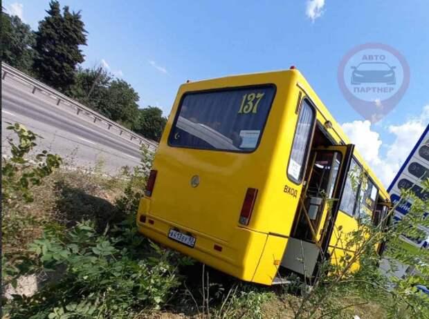 В Севастополе автобус столкнулся с легковушкой и едва не влетел в заправку. ФОТО