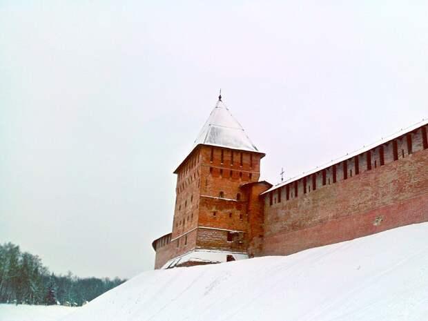 Зимний Новгород. Дневная прогулка вдоль заснеженных стен крепости. Красота великого города.
