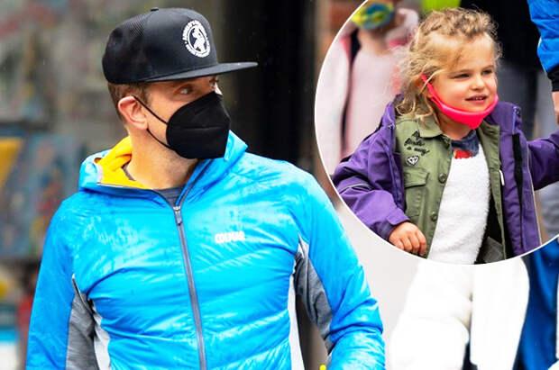 Что нам дождик проливной: Брэдли Купер с дочерью Леей прогулялись по хмурому Нью-Йорку