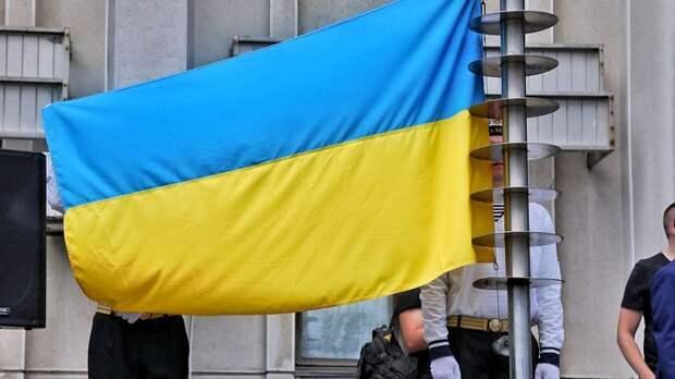 Зиговали всем стадионом: Азаров наглядно показал, как на Украине нет нацизма