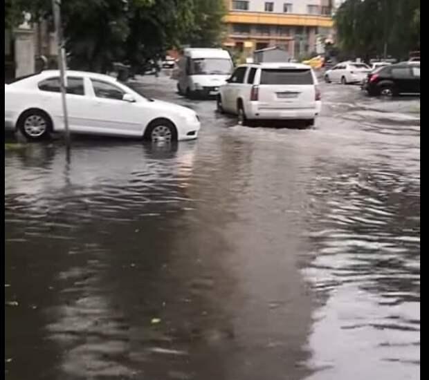 По улице Расплетина снова можно ехать, а не плыть