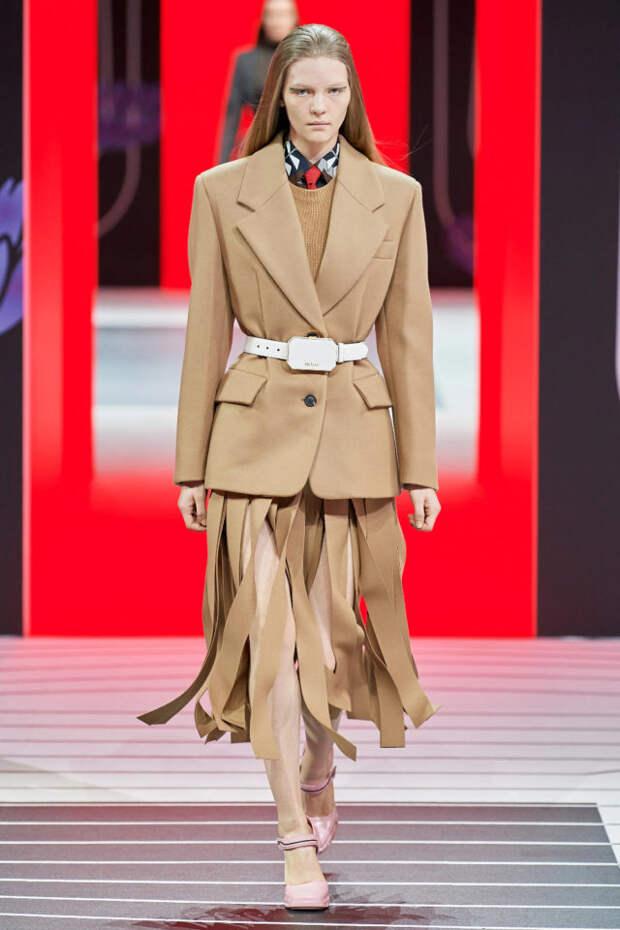 модель в бежевом костюме не подиуме