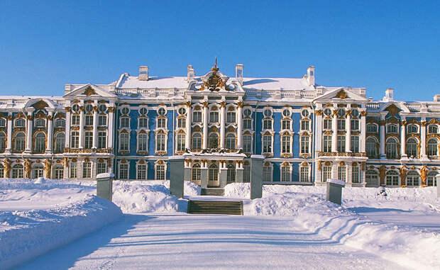 Зимний дворец Петр I также решил оставить комнату как запасной рабочий кабинет. Рабочие установили ее в Зимнем дворце Санкт-Петербурга, а уж потом дочь царя, Елизавета, перенесла ее в Екатерининский дворец. Здесь Янтарная комната в течение долгих десятилетий поражала иностранных гостей.