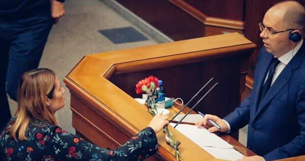 Глава украинского Минздрава получил жуткий могильный подарок