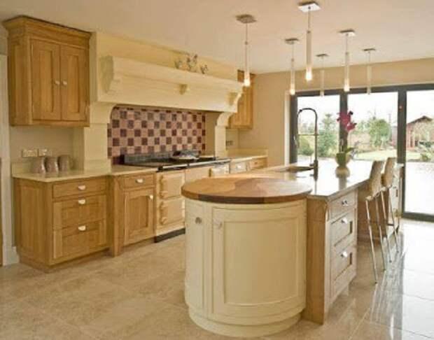 Красивое оформление кухни в оттенках слоновой кости и с деревянными акцентами, что понравится.