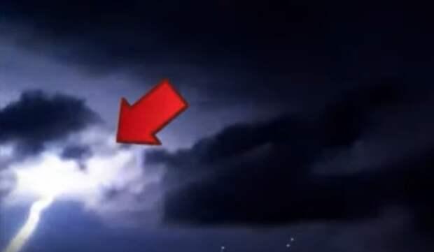 НЛО продолжают падать из грозовых туч (видео)