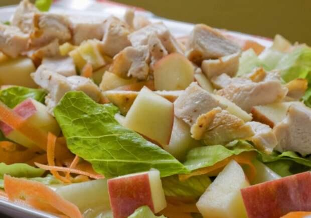 Салаты с курицей и фруктами.