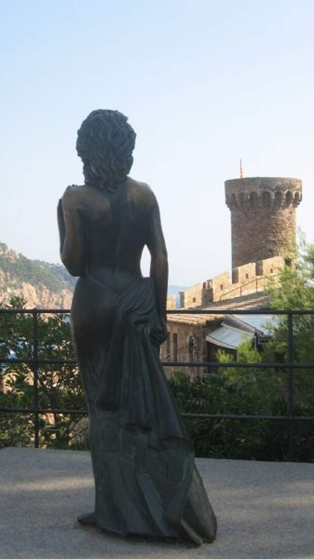 Памятник Аве Гарднер в Испании .