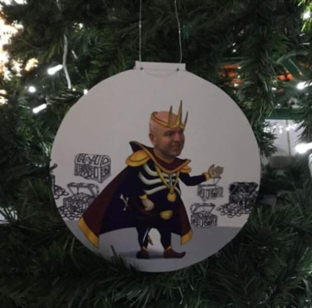 Глава Фрунзенского района теперь красуется на елочных игрушках «благодарных» петербуржцев