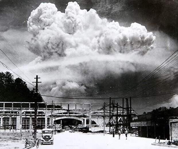 24. Небо над Нагасаки после взрыва атомной бомбы