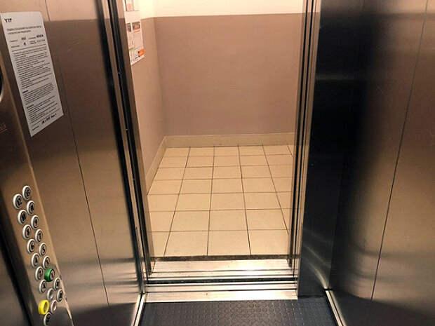 В Барнауле ребенок чудом не пострадал при падении зеркала в лифте