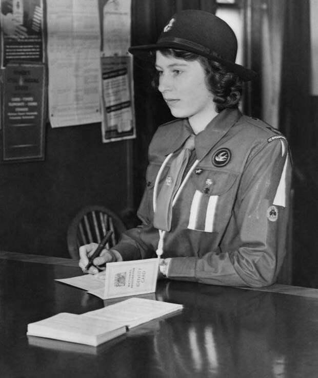 16-летняя принцесса Елизавета II записывается на военную службу. 25 апреля 1942 года.  история, люди, фото