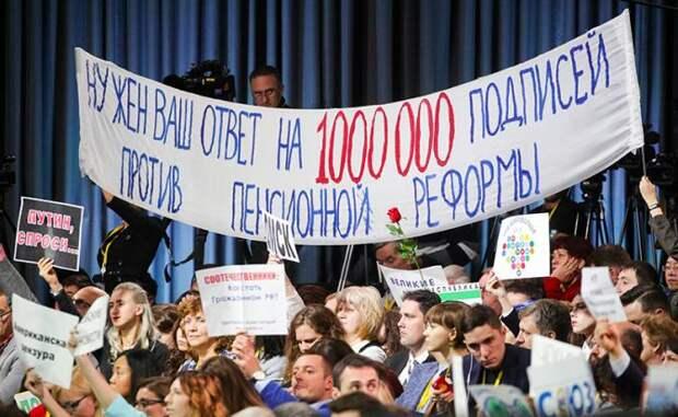 На фото: журналист во время большой ежегодной пресс-конференции президента РФ Владимира Путина в Центре международной торговли на Красной Пресне в Москве