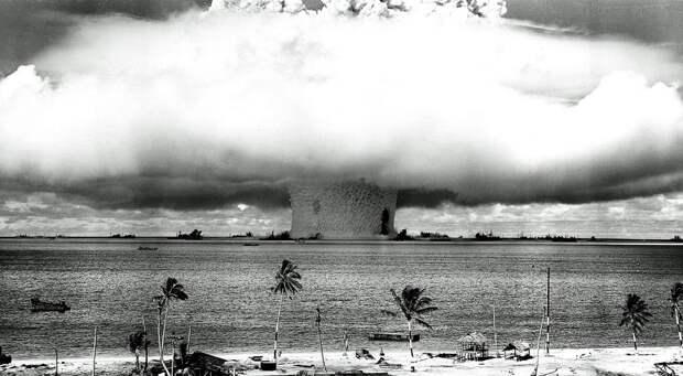 Тонны воды поднимаются в воздух во время подводного взрыва на атолле Бикини в Тихом океане.
