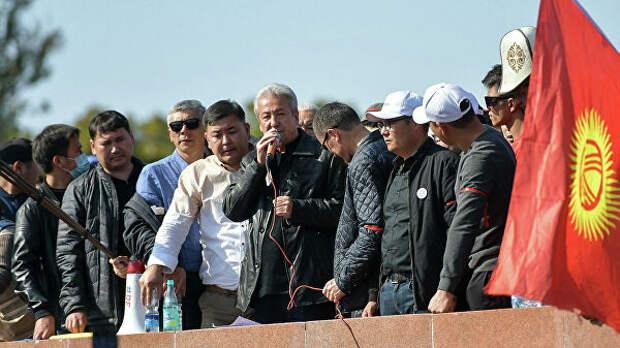 Политик Адахан Мадумаров во время акции протеста в Бишкеке