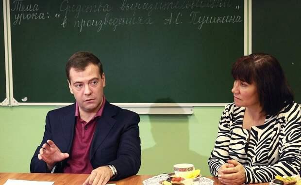 Российские учителя потребовали от Медведева «оставить их в покое»