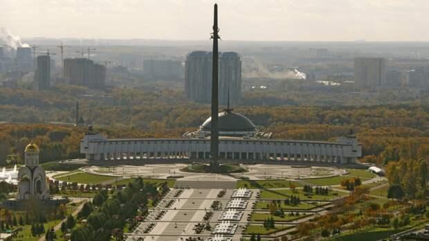 На Поклонной горе торжественно подняли государственный флаг в честь Дня России