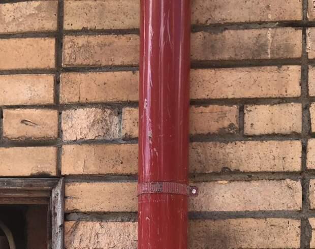 С фасада дома на Полярной удалили вандальные надписи