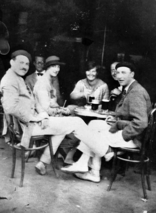 Эрнест Хемингуэй (слева), Гарольд Леб, леди Даф Твисден, Элизабет Хэдли Ричардсон, Дональд Огден Стюарт и Пэт Гатри. / Фото: www.pinimg.com